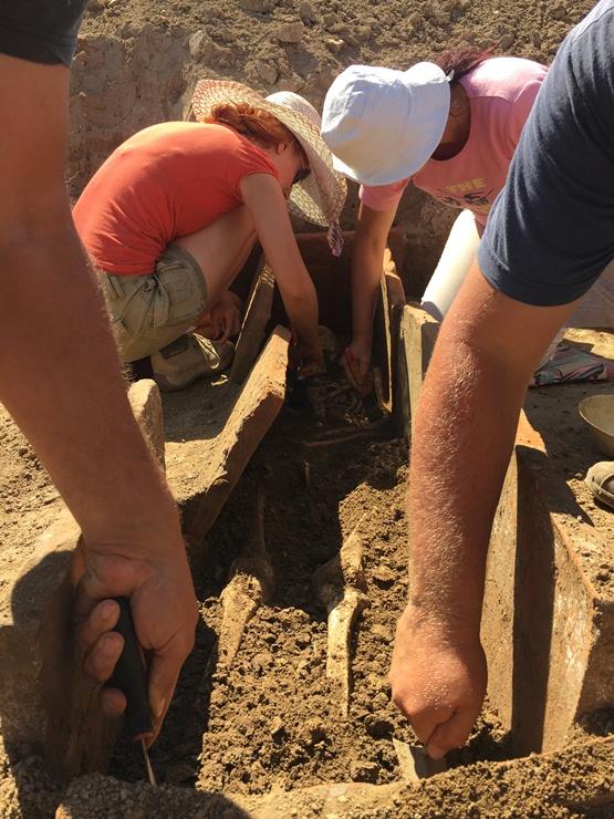 Arheolozi u Viminacijumu u trenutku kada su otkriveni ovi vredni nalazi. Foto: Arheološki park Viminacijum