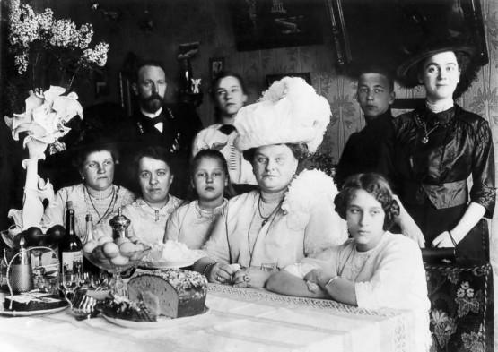 Uskršnja večera u domu ruskog trgovca Morozova u Helsinkiju. Početak 20. veka.